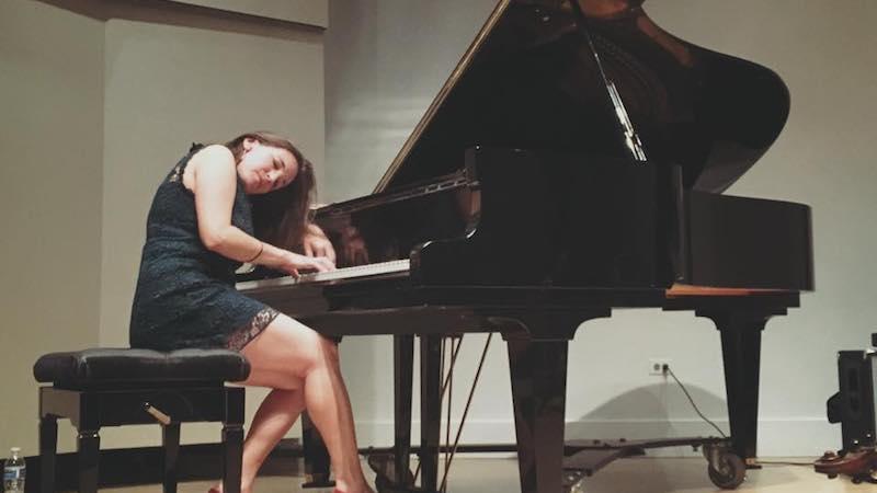 photo of Marina Albero at grand piano