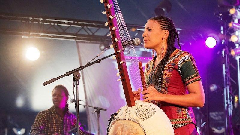 picture of kora player Sona Jobarteh